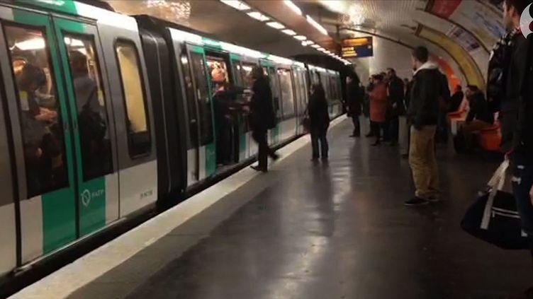 Une capture d'écran de la vidéo du Guardian qui prouve l'incident raciste perpétré mardi soir dans le métro parisien (- / GUARDIAN NEWS & MEDIA LTD)