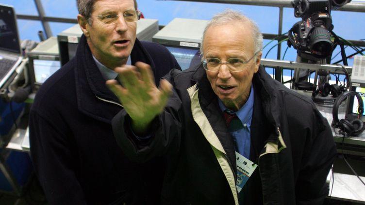 Thierry Roland (d) et son collègue Jean-Michel Larqué (g) le 17 novembre 2004, avant un match amical France-Pologne au Stade de Franceà Saint-Denis (Seine-Saint-Denis). (FRANCK FIFE / AFP)