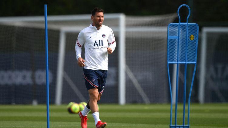 Le nouvel attaquant parisien Lionel Messi à l'entraînement au Camp des Loges, le 28 août 2021. (FRANCK FIFE / AFP)