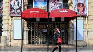 Une femme passe devant un cinéma fermé à Montpellier, dans le sud de la France, le 13 novembre 2020. (PASCAL GUYOT / AFP)