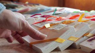 Reportage en Auvergne, à la découverte d'un savoir-faire étonnant qui remonte au XVe siècle : la fabrication de papier avec des vieux chiffons. (FRANCE 2)