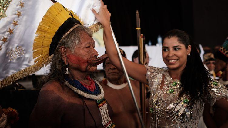 L'école de samba Imperatriz Leopoldinense, qui a choisi pour thème de son défilé cette année la défense les tribus indiennes menacées par l'agro-business, a invitéle légendaire cacique Raoni Metuktire (ci-contre), 86 ans, à sa conférence de presse, le 24 février. (YASUYOSHI CHIBA / AFP)
