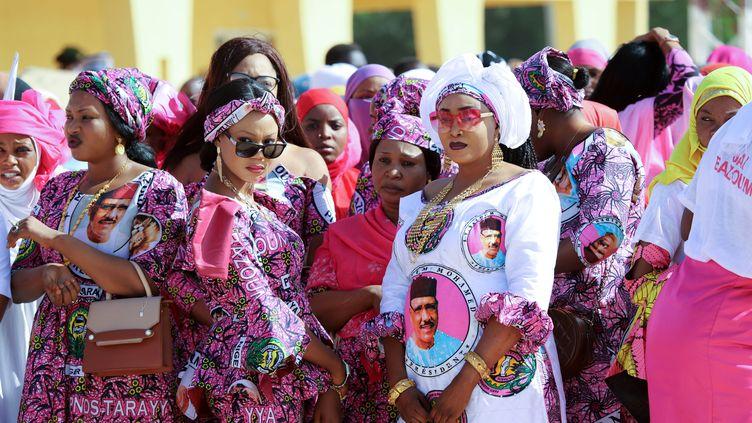 Des supportrices deMohamed Bazoum, candidat du pouvoir à la présidentielle, lors d'un meeting à Agadez, une ville du nord du Niger, le 15 décembre 2020. (SOULEYMANE AG ANARA / AFP)