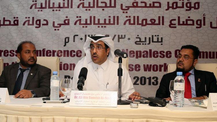 Ali Al-Marri, président du comité national des droits de l'Homme, et des représentants de la communauté népalaise, le 30 septembre 2013 à Doha (Qatar). (KARIM JAAFAR / AL-WATAN DOHA / AFP)