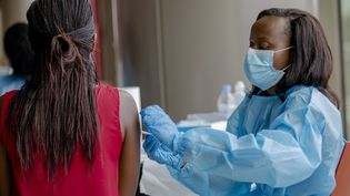 Une femme reçoit le 15 mars 2021 une injection dans le cadre de la campagne de vaccination contre le Covid-19 à Kigali, la capitale rwandaise. (LATIN AMERICA NEWS AGENCY)