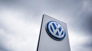 Le logo de Volkswagen à l'entrée d'un concessionnaire de Berlin (Allemagne), le 22 septembre 2015. (ODD ANDERSEN / AFP)