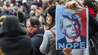 A Bruxelles, des manifestants défilent lors d'une marche anti-Trump, lundi 30 janvier 2017. (FREDERIC SIERAKOWSKI/ISOP/SIPA)