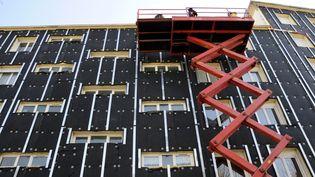 Un système d'isolation thermique installé sur un immeuble à Nantes (Loire-Atlantique). (ALAIN LE BOT / PHOTONONSTOP / AFP)