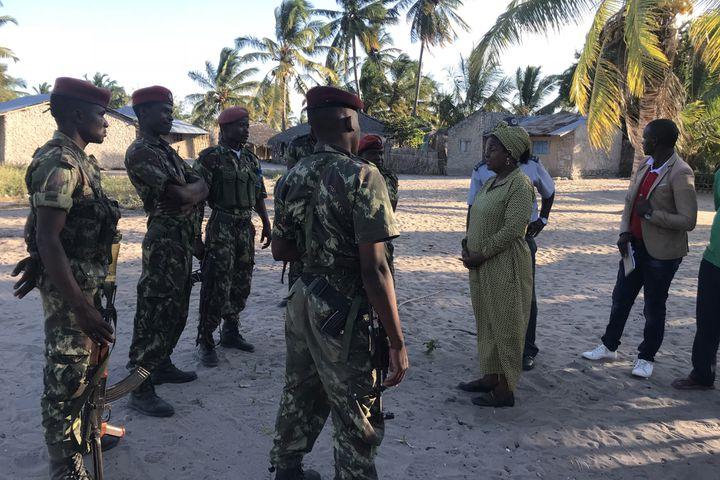 Des militaires mozambicains s'entretiennent, le 13 juin 2018, avec des habitants de la province du Cabo Delgado (nord du Mozambique), dans une zone attaquée par des jihadistes. (JOAQUIM NHAMIRRE / AFP)