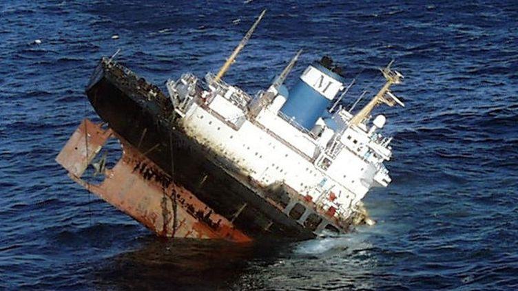 """Le """"Prestige"""" en train de sombrer au large des côtes espagnoles, le 19 novembre 2012. (AFP / DOUANE FRANCAISE)"""