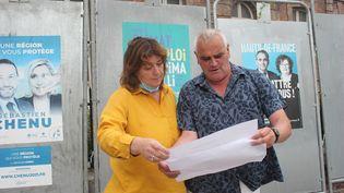 Philippe Evrard, maire du Crotoy (Somme), et une adjointe consultent les résultats du premier tour des élections régionales, le 22 juin 2021, au Crotoy. (CLEMENT PARROT / FRANCEINFO)