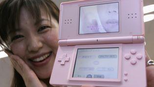 La version rose de la console portable Nintendo DS. (REUTERS / TORU HANAI)