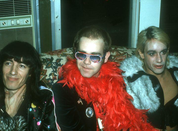 De gauche à droite : Bill Wyman, bassiste des Rolling Stones, Elton John et Iggy Pop en 1975. (MICHAEL OCHS ARCHIVES / GETTY IMAGES)