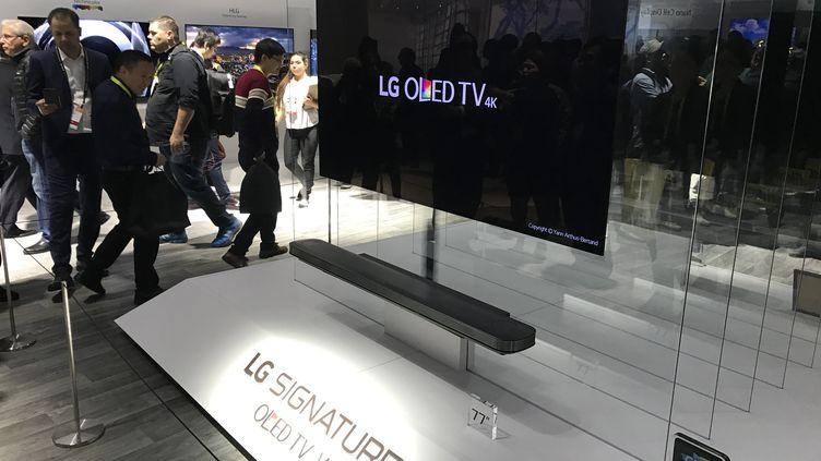 LG présente un téléviseur épais comme deux cartes de crédit. (JEROME COLOMBAIN / RADIO FRANCE)