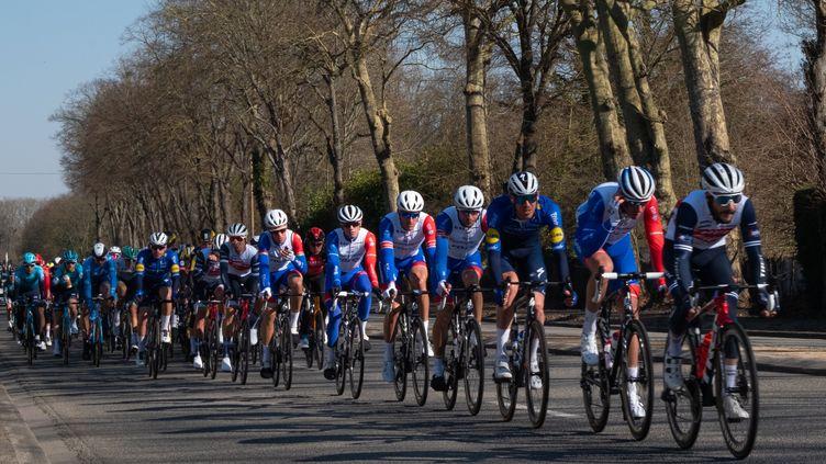 Le peloton cycliste sur la première étape de Paris Nice, dimanche 7 mars 2021. (NICOLAS LEPAGNOT / HANS LUCAS)