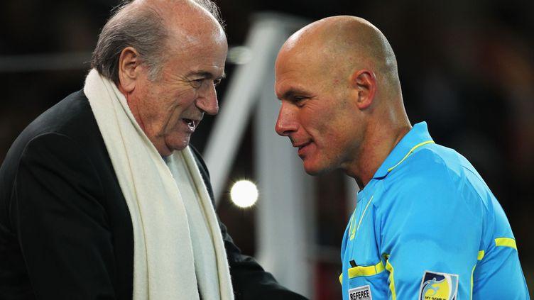 Sepp Blatter avec l'arbitre Howard Webb, après la finale de la Coupe du monde Espagne-Pays-Bas, le 11 juillet 2010, à Johannesburg (Afrique du Sud). (JANNIE SQUIRE / GETTY IMAGES)