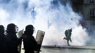 """Un """"gilet jaune"""" et des policiers à Paris, samedi 9 février 2019, pour le 13e samedi de mobilisationdu mouvement. (VALENTINE ZELER / HANS LUCAS)"""