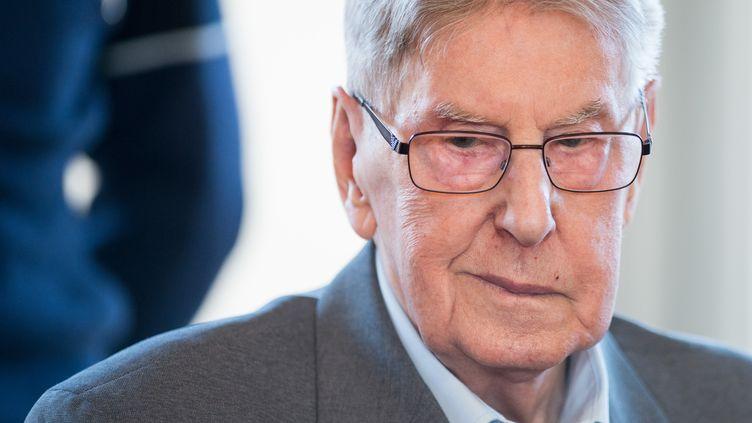 Reinhold Hanning,ancien gardien d'Auschwitz,devant le tribunal de Detmold (Allemagne), le 29 avril 2016. (BERND THISSEN / DPA / AFP)