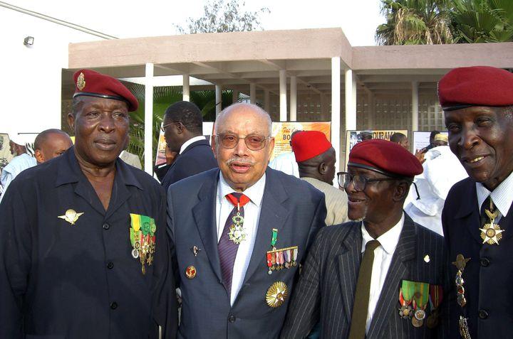 """Le Franco-SénégalaisClaude Mademba Sy (deuxième à gauche) avec des vétérans lors de la """"Journée du tirailleur"""" à Dakar en 2008 (BERNARD EDINGER / AFP)"""
