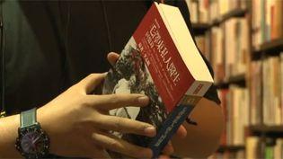 Un chinois avec un livre non censuré dans une librairie de Hong Kong, le 23 juillet 2012. (FTV)