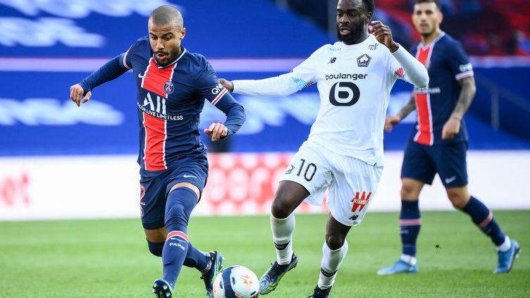 Le Lillois Jonathan Ikoné face à Rafinha lors de la 31e journée de Ligue 1. (FRANCK FIFE / AFP)