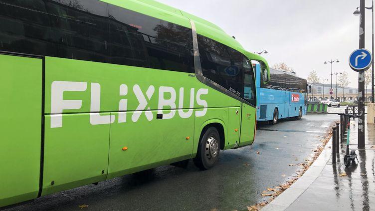 """Des cars """"Macron"""" des compagnies Flixbus et BlaBlaBus quittent la gare routière de Paris Bercy, le 6 juin 2019. Illustration. (AURÉLIEN ACCART / FRANCE-INFO)"""