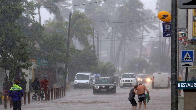 Une rue inondée à Saline-les-Bains, sur la côte ouest de l'île de la Réunion, le 9 Mars 2015 (RICHARD BOUHET / AFP)