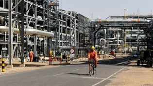 Un employé d'une exploitation gazière et pétrolière àBarmer, en Inde. (MONEY SHARMA / AFP)