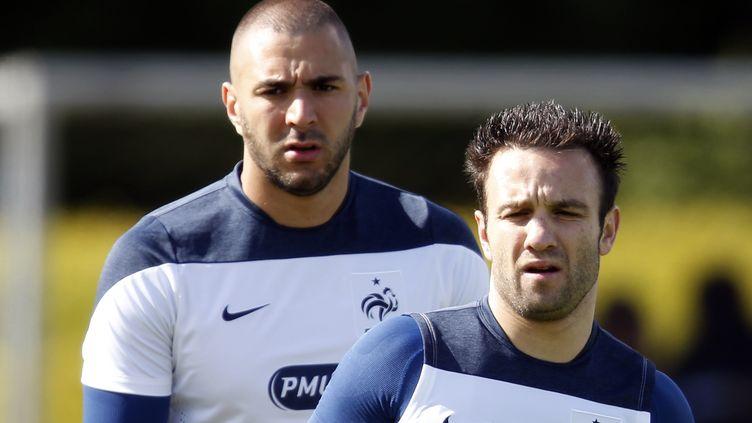 Karim Benzema (gauche) et Mathieu Valbuena lors d'un entraînement de l'équipe de France à Clairefontaine (Yvelines), le 4 juin 2014. (CHARLES PLATIAU / REUTERS)