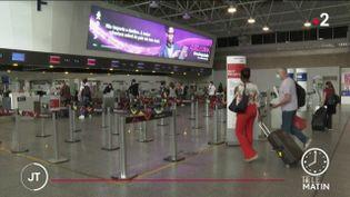 Des voyageurs à l'aéroport de Rio de Janeiro. (France 2)