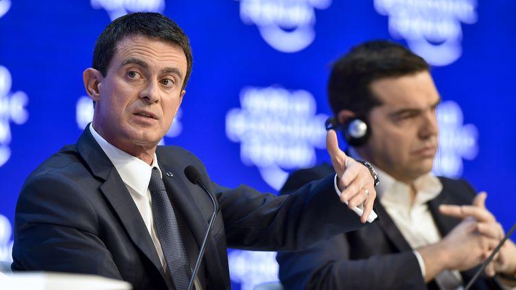 Le Premier ministre, Manuel Valls, auforuméconomique de Davos(Suisse), aux côtés de son homologue grec Alexis Tsipras, le 21 janvier 2016. (FABRICE COFFRINI / AFP)