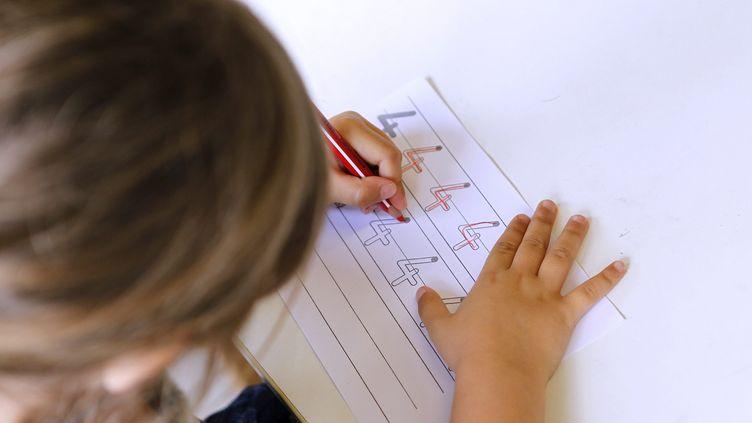 Une élèveparticipe a un cours d'éveil sensorielle et kinesthésiquedans une école maternelle basée sur la pédagogie Montessori, qui a donnée son nom à des établissements privés ethors contratpour la plupart. Photo d'illustration. (GUILLAUME BONNEFONT / MAXPPP)
