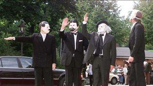 Manifestation en 2000 au festival de Bayreuth,Les masques d'Hitler et de Wagner  (Sipa)