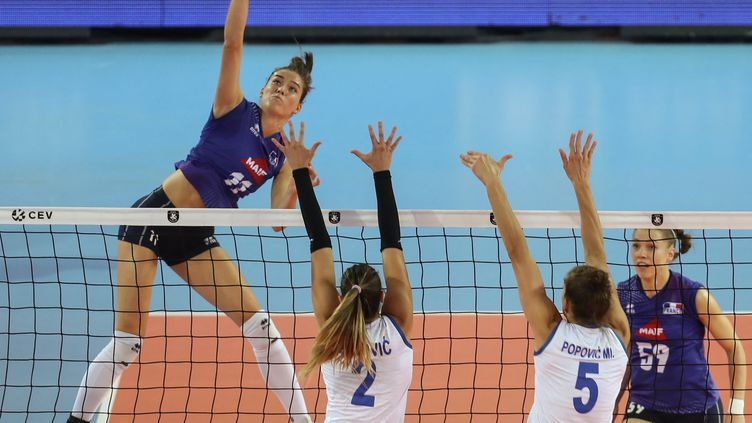 Lucille Gicquel et les Bleues (ici lors de l'Euro 2019 face à la Serbie) sont opposées à la Russie vendredi 20 août pour débuter le championnat d'Europe. (ADEM ALTAN / AFP)