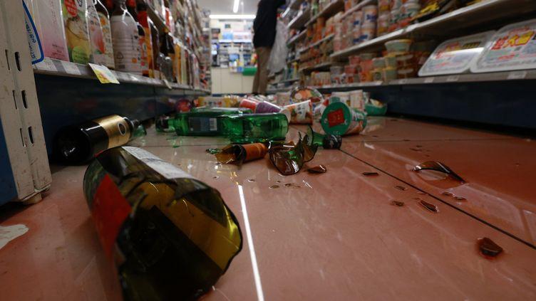 Des bouteilles de vins et de saké se sont brisées en tombant lors d'un séisme, le 13 février 2021, à Ishinomaki (Japon). (DAISUKE TOMITA / YOMIURI / AFP)