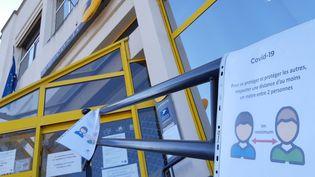 La poste a fait appel à des vigiles pour faire respecter les distances de sécurité liées au coronavirus et les fils d'attentes. (NICOLAS BLANZAT / FRANCE-BLEU LIMOUSIN)
