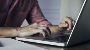 Un homme devant un ordinateur. Photo d'illustration. (SIGRID OLSSON / MAXPPP)