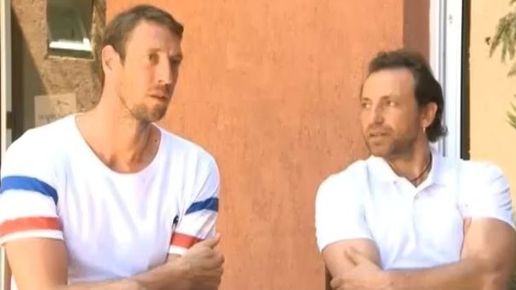 """Le nageur Alain Bernard et le patineur Philippe Candeloro, deux sportifs qui participaient au jeu télévisé """"Dropped"""", en Argentine, dans leur hôtel,le 11 mars 2015. ( FRANCE 2)"""