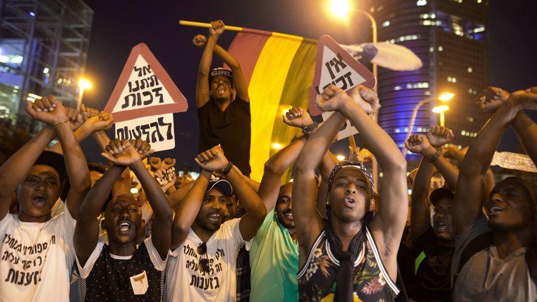 Des centaines d'Israéliens d'origine éthiopienne manifestent contre les brutalités policières et le racisme en Israël, le 3 juin 2015. Les manifestants bloquent la principale avenue de Tel Aviv. 140 000 juifs ont quitté l'Ethiopie pour Israël entre 1984 et 1991. (MENAHEM KAHANA / AFP)