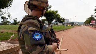 Un soldat français surveille une route menant à l'aéroport de Bangui (Centrafrique), le 1er mai 2014. (ISSOUF SANOGO / AFP)