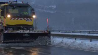 Neige : une nuit de galère pour 2 000 automobilistessur l'A40 (France 2)