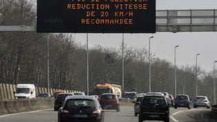 Baisse de la vitesse maximale autorisée de 20 km/h sur la rocade de Lille (Nord), le 8 avril 2015. (DENIS CHARLET / AFP)