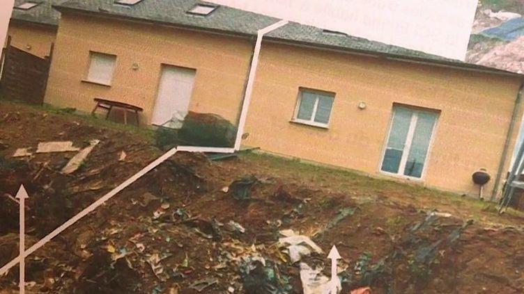 Un couple a découvert que leur maison avait été construite sur une ancienne décharge sauvage. Ils témoignent, mardi 19 octobre, face aux caméras de France Télévisions.  (CAPTURE ECRAN FRANCE 3)