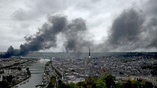 De la fumée s'échappe du site de l'usine Lubrizolà Rouen (Seine-Maritime), en proie à un violent incendie le 26 septembre 2019. (PHILIPPE LOPEZ / AFP)