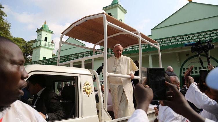 Accueilli par des centaines de personnes, dont nombre de déplacés par les violences, le pape Francois s'est rendudans le lieu de culte musulman situé dans l'enclave du PK-5. Un quartier à haut risque, habituellement harcelé par les miliciens chrétiens anti-balakas où se sont réfugiés les derniers musulmans de la capitale centrafricaine. En présence de délégations catholiques et protestantes, le pape a réaffirméque chrétiens et musulmans «sont des frères» et qu'ils doivent dire «non à la vengeance, à la violence et à la haine».«C'est une une victoire pour le pape et la République centrafricaine contre les oiseaux de mauvais augure», a commenté le pasteur pentecotiste Jean Paul Sangagaui, qui craignait des violences pendant le séjour de François à Bangui. L'enceinte de la mosquée était toutefois placée sous haute surveillance par la force onusienne de la Minusca, qui avait posté des casques bleus jusque sur les minarets. Aux abords du quartier et aux entrées des ruelles en terre rouge, des groupes d'autodéfense armés montaient également la garde par crainte d'éventuelles actions d'anti-balaka. ( Herve Serefio / Anadolu Agency/AFP)