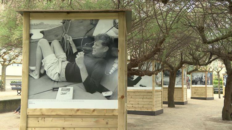 """""""Jackie et les Kennedy"""" – exposition photo en plein air – à Biarritz jusqu'au 5 septembre 2021 (CAPTURE D'ÉCRAN FRANCE 3 / C. Etchegaray)"""