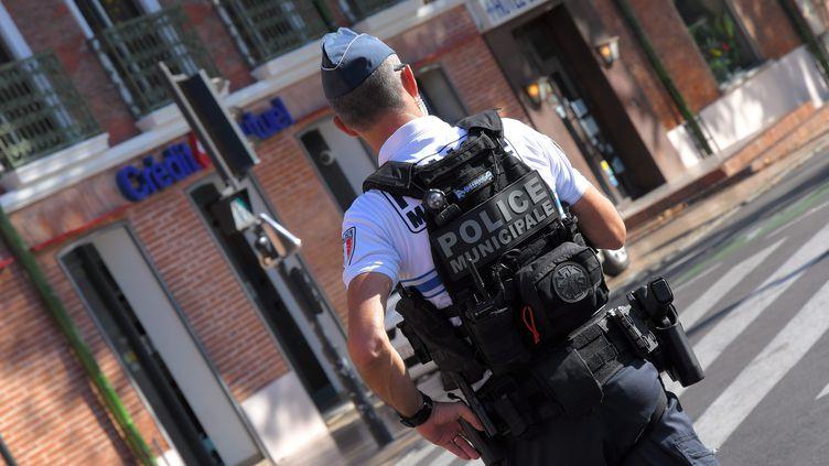 Un policier avec une arme (Illustration). (MICHEL CLEMENTZ / MAXPPP)