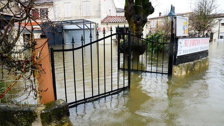 Des maisons inondées à Saintes (Charente-Maritime), le 6 février 2021. (MEHDI FEDOUACH / AFP)