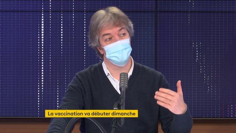 """El profesor Jean-Daniel Lelièvre fue el invitado de """"08:30 información de Francia"""" Martes 22 de diciembre.  (FRANCEINFO / RADIO FRANCE)"""