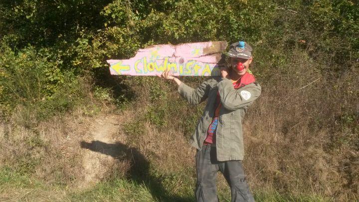 Un opposant au barrage de Sivens grimé en clown, sur le site du Testet (Tarn), mercredi 29 octobre 2014. (FABIEN MAGNENOU / FRANCETV INFO)